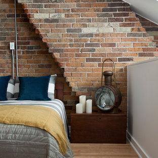 Imagen de dormitorio tipo loft, urbano, con paredes blancas y suelo de madera clara