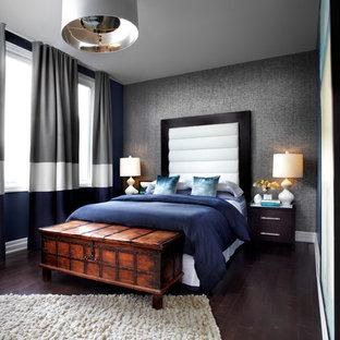 トロントの中サイズのコンテンポラリースタイルの主寝室の画像 (濃色無垢フローリング、グレーの壁、茶色い床)