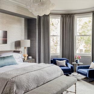 Modelo de dormitorio principal, tradicional renovado, grande, sin chimenea, con paredes grises, moqueta y suelo gris