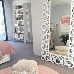 Свежая идея для дизайна: спальня среднего размера в стиле неоклассика (современная классика) с кирпичным полом - отличное фото интерьера