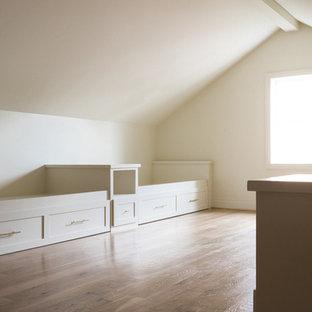 ダラスの広いコンテンポラリースタイルのおしゃれな客用寝室 (黄色い壁、無垢フローリング、暖炉なし) のレイアウト