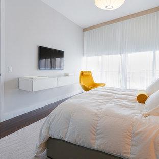 Modelo de dormitorio principal, minimalista, grande, sin chimenea, con paredes blancas, suelo de linóleo y suelo marrón