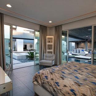 Diseño de habitación de invitados actual, de tamaño medio, con paredes blancas y suelo negro