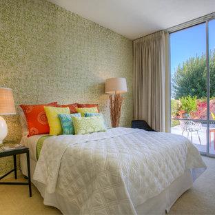 50 tals inredning av ett sovrum, med flerfärgade väggar