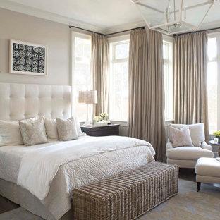 チャールストンのビーチスタイルのおしゃれな主寝室 (ベージュの壁、濃色無垢フローリング、茶色い床)
