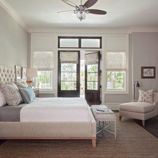 Diseño de dormitorio principal, clásico renovado, grande, con paredes grises, suelo de madera oscura, chimenea tradicional y marco de chimenea de piedra