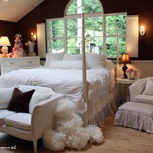 Ispirazione per una camera da letto stile shabby con pareti marroni e pavimento in legno massello medio
