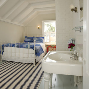 Exemple d'une chambre d'amis bord de mer de taille moyenne avec un sol en bois peint, un mur beige, aucune cheminée et un sol bleu.