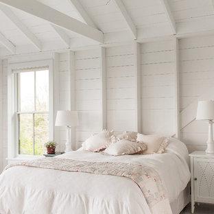 Ejemplo de dormitorio marinero con paredes blancas, suelo de madera pintada y suelo blanco