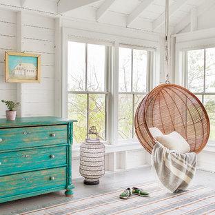 Immagine di una camera da letto stile marinaro con pareti bianche e pavimento in legno verniciato