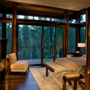 サンフランシスコの中くらいのラスティックスタイルのおしゃれな主寝室 (茶色い壁、濃色無垢フローリング、横長型暖炉、金属の暖炉まわり)