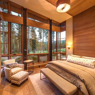 Diseño de habitación de invitados madera, rústica, grande, con paredes beige, chimenea tradicional, suelo beige, suelo de madera en tonos medios y madera