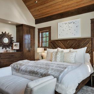 Foto på ett mellanstort rustikt gästrum, med beige väggar, heltäckningsmatta och blått golv