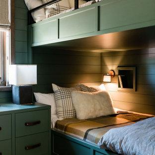Réalisation d'une chambre chalet avec un mur vert et du lambris de bois.