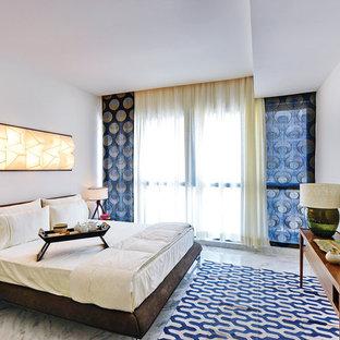 Foto di una grande camera da letto design con pareti bianche e pavimento in marmo