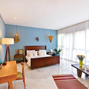 Свежая идея для дизайна: большая спальня в восточном стиле с синими стенами и мраморным полом - отличное фото интерьера
