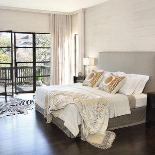 オースティンのコンテンポラリースタイルのおしゃれな主寝室 (濃色無垢フローリング) のレイアウト