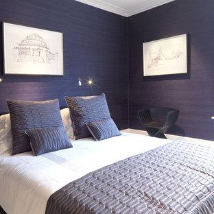 Inredning av ett modernt sovrum, med lila väggar