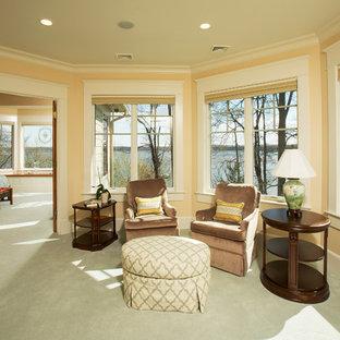 Diseño de dormitorio principal, de estilo americano, grande, sin chimenea, con paredes beige, moqueta y suelo verde