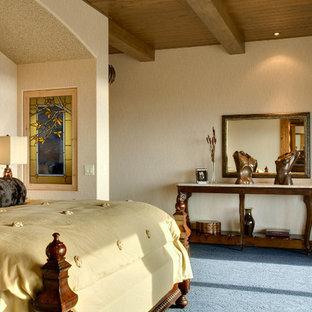 Imagen de dormitorio principal, rústico, grande, con paredes beige, moqueta y suelo azul