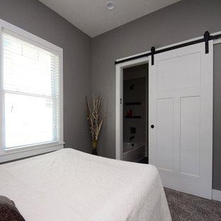Modelo de dormitorio principal, minimalista, pequeño, sin chimenea, con paredes grises, moqueta y suelo gris