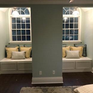 Réalisation d'une grand chambre d'amis champêtre avec un mur vert, un sol en bambou et un sol marron.