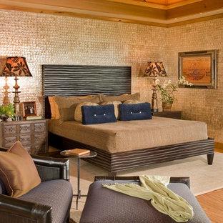 Imagen de dormitorio principal, exótico, con paredes marrones