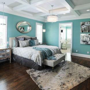 Immagine di una camera matrimoniale tradizionale con pareti blu e parquet scuro