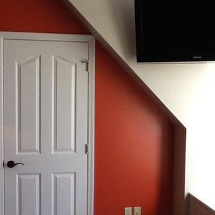 Diseño de dormitorio principal, rural, de tamaño medio, con paredes beige y moqueta
