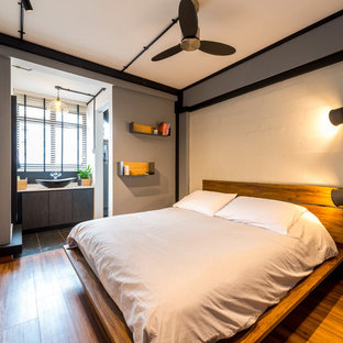 シンガポールのコンテンポラリースタイルのおしゃれな寝室 (グレーの壁、無垢フローリング) のインテリア