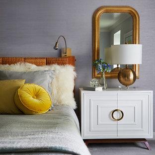Aménagement d'une grande chambre classique avec un mur gris.