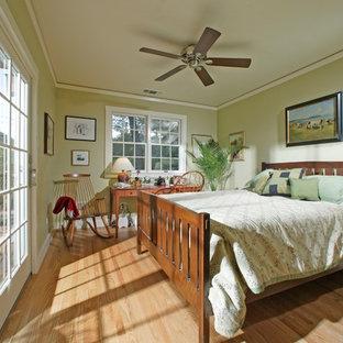 Ejemplo de dormitorio principal, clásico, de tamaño medio, sin chimenea, con paredes verdes y suelo de madera clara