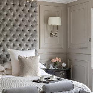 Réalisation d'une grand chambre victorienne avec un mur gris, aucune cheminée, un sol gris et du lambris.