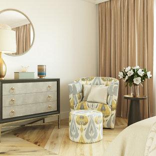 Пример оригинального дизайна: хозяйская спальня среднего размера в современном стиле с бежевыми стенами, полом из бамбука и бежевым полом без камина