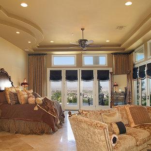Modelo de dormitorio principal y abovedado, mediterráneo, extra grande, con paredes beige, suelo de ladrillo y suelo beige