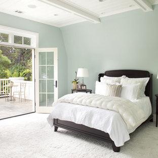Klassisches Hauptschlafzimmer mit blauer Wandfarbe und Teppichboden in San Francisco