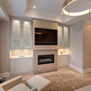 Идея дизайна: хозяйская спальня среднего размера в стиле современная классика с светлым паркетным полом, серыми стенами, горизонтальным камином, фасадом камина из штукатурки и серым полом