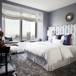 ニューヨークの中サイズのコンテンポラリースタイルのおしゃれな主寝室 (グレーの壁、濃色無垢フローリング、暖炉なし、茶色い床)