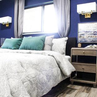 Imagen de dormitorio principal, moderno, grande, sin chimenea, con paredes multicolor, suelo de madera clara y suelo multicolor