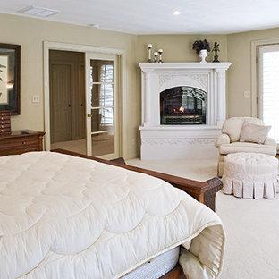 Mittelgroßes Klassisches Hauptschlafzimmer mit weißer Wandfarbe, Teppichboden, Eckkamin, verputzter Kaminumrandung und beigem Boden in Sonstige