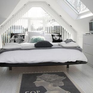Esempio di una camera da letto scandinava con pareti bianche, pavimento in legno verniciato e pavimento grigio