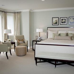 Foto di una camera matrimoniale classica di medie dimensioni con pareti verdi, moquette, nessun camino e pavimento beige