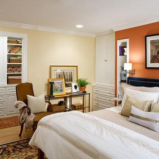 Modernes Hauptschlafzimmer mit oranger Wandfarbe und braunem Holzboden in Washington, D.C.