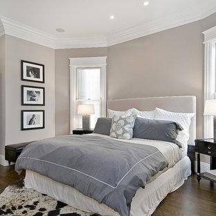 Idee per una camera da letto tradizionale con parquet scuro e pareti grigie