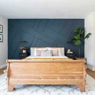Mittelgroßes Landhaus Hauptschlafzimmer mit blauer Wandfarbe, hellem Holzboden und Wandpaneelen in San Francisco