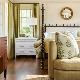 Großes Mediterranes Hauptschlafzimmer ohne Kamin mit braunem Boden, weißer Wandfarbe und braunem Holzboden in Dallas