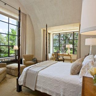 Esempio di una grande camera matrimoniale minimal con pareti beige, moquette, nessun camino e angolo studio
