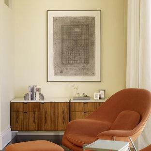Стильный дизайн: спальня в стиле ретро с бежевыми стенами - последний тренд