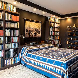 Modelo de dormitorio principal, actual, de tamaño medio, sin chimenea, con paredes marrones y suelo de madera oscura