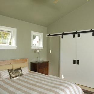 Diseño de dormitorio contemporáneo, de tamaño medio, con paredes beige y suelo de bambú